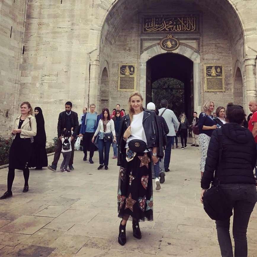 Татьяна Навка прогулялась по Стамбулу в необычной юбке