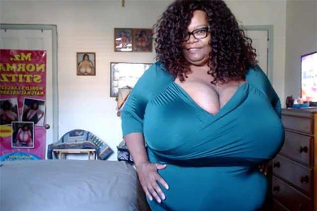 Женщина с самой большой в мире грудью заработала состояние на ее показе