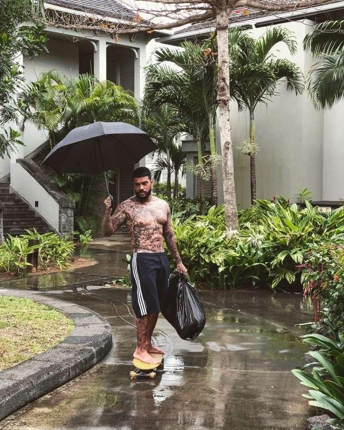 Тимати показал, что он тоже выносит мусор