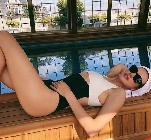Водянова и Перминова показали шикарные фигуры в одинаковых купальниках