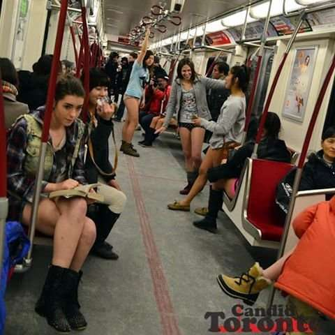 Москвичи присоединились к мировому флешмобу «В метро без штанов»