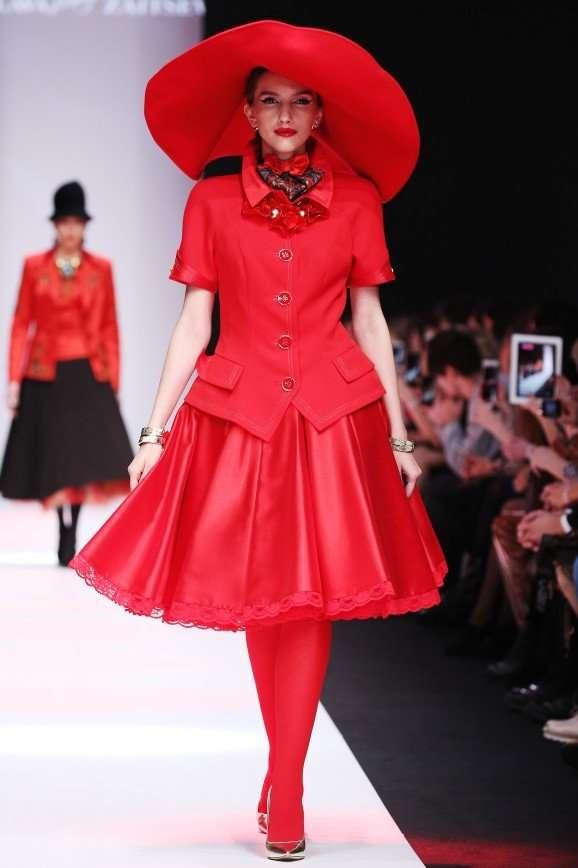 Слава Зайцев предлагает женщинам шляпу в форме абажура